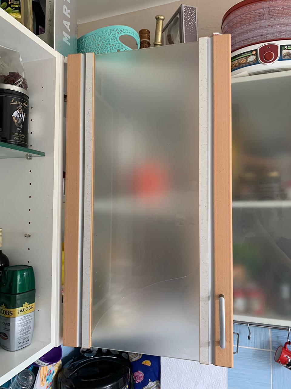 разбилось стекло вклеенное в рамку дверцы кухни